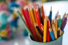 Ostrze i stępia kolorów ołówki stawia w wiadrze gotowym używać w sztuka warsztacie fotografia royalty free