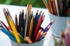 Ostrze i stępia kolorów ołówki stawia w wiadrze gotowym używać w sztuka warsztacie obraz stock