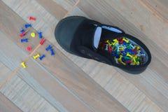 Ostrze szpilki i czarni sneakers zdjęcia stock