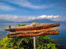 Ostrzegawcza etykietka dla istoty ludzkiej przy Ranau jeziorem fotografia royalty free