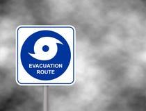 Ostrzegawcza ewakuacyjna trasy droga Huraganowy sezon z symbolu znakiem przeciw burzowemu popielatemu nieba tłu również zwrócić c obraz stock