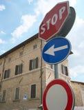 Ostrzegawczy drogowi znaki przerwa i ograniczony pojazd zdjęcie royalty free