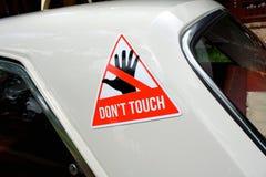 Ostrzegawczy majcher z tekstem Don& x27; t dotyk na starym samochodzie obraz stock
