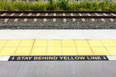 Ostrzegawczy pobyt Za Żółtą linią obrazy royalty free