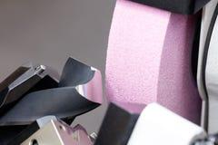 Ostrzenie świderu kawałki na szlifierskiej maszyny przemysłowej inżynierii pojęciu Fotografia Stock