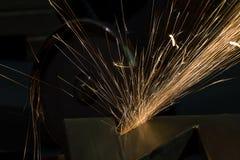 Ostrzenie i rozcięcie żelazo ściernym dyskiem obraz stock