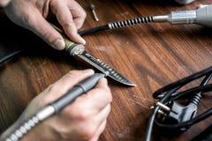 Ostrzyć nóż na specjalnym wyposażeniu robić mię prawdziwemu ostrzu obraz stock