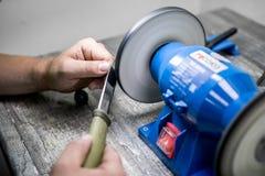 Ostrzyć nóż z specjalną maszyną zdjęcie royalty free