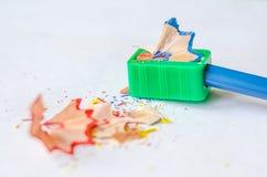 Ostrzyć ołówek przeciw białemu tłu Obrazy Stock