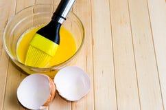 Ostrzyżeni jajka z śmignięciem w szklanym pucharze Zdjęcia Stock