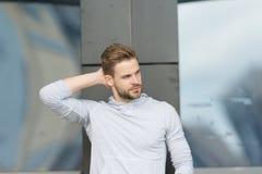 Ostrzyżenia pojęcie Mężczyzna z eleganckim ostrzyżeniem Młody człowiek z nowym ostrzyżeniem Przystojny faceta dotyka włosy ostrzy zdjęcia stock