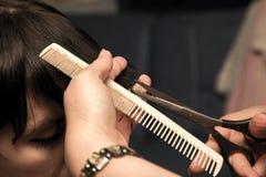 Ostrzyżenie przy fryzjerów męskich nożycami fotografia stock