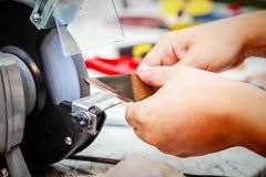 Ostrzyć metalu krajacza na szlifierskiej maszynie Obrazy Stock