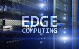 OSTRZY obliczać, internet i nowożytnego technologii pojęcie na nowożytnym serweru pokoju tle, Obrazy Stock