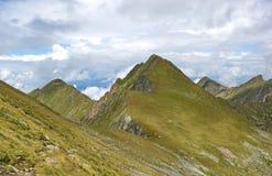 Ostrzy szczyty Fagaras góry, Rumunia zdjęcia stock