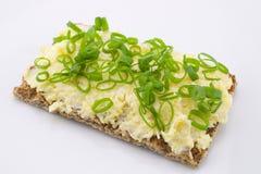 Ostsallad på knaprigt bröd Arkivbild