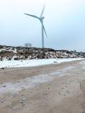 Ostsee und nebeliger Morgen mit Windkraftanlage Lizenzfreies Stockbild