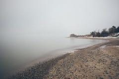 Ostsee und nebeliger Morgenweinleseeffekt Stockbilder