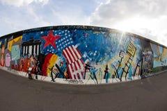 Ostseiten-Galerie - Straßen-Kunst und Graffiti in Berlin, Deutschland lizenzfreie stockfotos