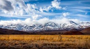Ostsierra Nevada Mountains-Ackerland Stockfoto
