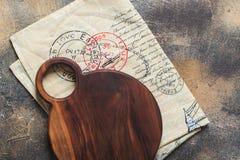 Ostskärbrädan och kanfasservetten med snör åt på bästa sikt för tabell royaltyfria foton