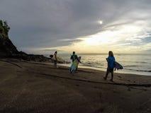 OSTTIMOR, INDONESIEN IM JANUAR 2017: Surfer auf dem Weg, zum der Stelle am frühen Morgen zu surfen Lizenzfreie Stockfotos