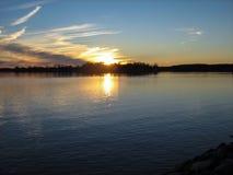 Ostufer-Sonnenuntergang lizenzfreie stockfotografie