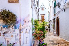 """OSTUNI APULIA, ITALIEN †""""AUGUSTI 10, 2018: Typisk gata av Ostuni, La Citta Bianca Ostuni Apulia Italien fotografering för bildbyråer"""