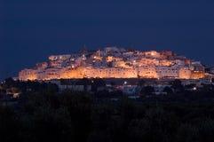Ostuni (Apulia-Italien) vid natt royaltyfria foton