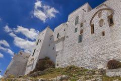 Ostuni med staden: medeltida stadväggar - ITALYApulia- fotografering för bildbyråer