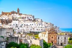 Ostuni vit stadhorisont, Brindisi, Apulia, Italien royaltyfri fotografi