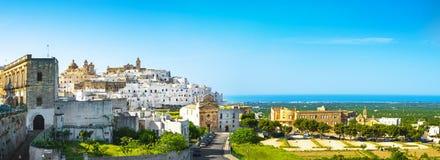 Ostuni vit stadhorisont, Brindisi, Apulia, Italien royaltyfria bilder