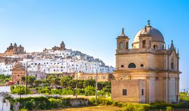 Ostuni vit stadhorisont och kyrka, Brindisi, Apulia, Italien arkivbilder