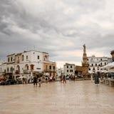 Ostuni, Włochy - 17 08 2016: Wolność kwadrat i statua Sant'Or Zdjęcie Royalty Free