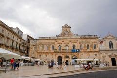 Ostuni, Włochy - 17 08 2016: Wolność kwadrat z turystą Obrazy Royalty Free