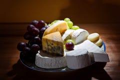 Ostuppläggningsfat med någon organisk ny ost Arkivbild