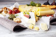 Ostuppläggningsfat med olika ost och druvor arkivbild
