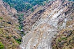 Osunięcie się ziemi i rockfalls na drodze w górach zdjęcie royalty free