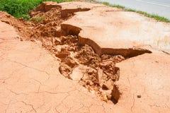 Osunięcie się ziemi wzdłuż drogi wodą i wiatrem w Thailand Zdjęcia Stock