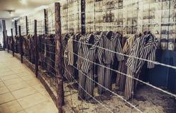 Oswiecim/Πολωνία - 02 15 2018: Ενδύματα φυλακισμένων ` s με τα λωρίδες Στοκ Εικόνες