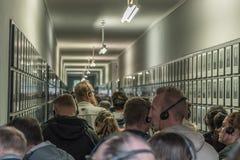 Oswiecim, el 23 de agosto de 2017: Turista que visita el interior de una barra Fotografía de archivo libre de regalías