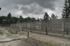 Oswiecim, il 23 agosto 2017: recinti pungenti a primo Auschwitz Fotografie Stock