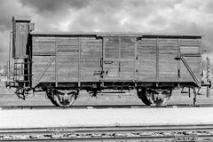 Oswiecim, Polônia - 7 de abril de 2018: Imagem preto e branco do táxi solitário do trem no campo de concentração de Auschwitz imagens de stock