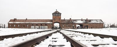 Oswiecim/Polen - 02 15 2018: Spooringang aan concentratiekamp in Auschwitz Birkenau Het punt van de treinaankomst stock foto's