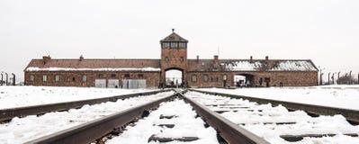 Oswiecim, Polska/- 02 15 2018: Sztachetowy wejście koncentracyjny obóz przy Auschwitz Birkenau Taborowy przyjazdowy punkt zdjęcia stock