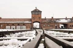 Oswiecim, Polska/- 02 15 2018: Sztachetowy wejście koncentracyjny obóz przy Auschwitz Birkenau Taborowy przyjazdowy punkt Obrazy Royalty Free