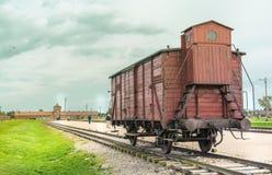 Oswiencim,波兰- 2019年9月21日:在路轨入口的被放弃的火车无盖货车对集中营在奥斯威辛 免版税库存照片