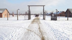 OSWIENCIM, ΠΟΛΩΝΙΑ - ΙΑΝΟΥΑΡΙΟΣ, 14, 2017 οργανωμένη περιήγηση σε Auschwitz Birkenau, γερμανικές ναζιστικές συγκέντρωση και εξολό απόθεμα βίντεο