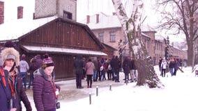 OSWIENCIM, экскурсия ПОЛЬШИ - 14-ое января 2017 около входа к Освенциму Birkenau, немецкой нацистской концентрация и сток-видео