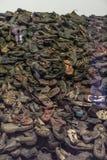 Oswiencim, Polônia - 21 de setembro de 2019: Pilha de sapatas que pertenceram uma vez aos judeus e a outros prisioneiros de Ausch foto de stock